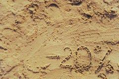 märka som 20 är skriftligt på sand Royaltyfri Bild