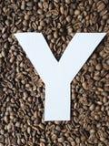 märka Y i vit och bakgrund med grillade kaffebönor, bakgrund och textur royaltyfria foton
