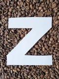 märka Z i vit och bakgrund med grillade kaffebönor, bakgrund och textur royaltyfri bild