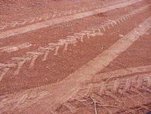Märken av medlet rullar in leralandsvägen - bilar, traktorer, motorcyklar Fotografering för Bildbyråer