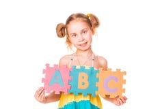 Märker det hållande alfabetet för den lyckliga flickan ABC Arkivbild