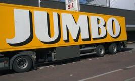 Märker jumbon på en tung lastbil som transporterar mat Arkivfoto