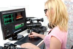 Märkes- användande dator för ung kvinna för videopn redigera fotografering för bildbyråer