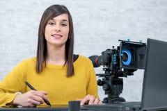 Märkes- användande diagramminnestavla för ung kvinna för videopn redigera royaltyfria foton