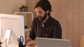 Märkes- arbete för tillfällig hipster på en dator arkivfilmer