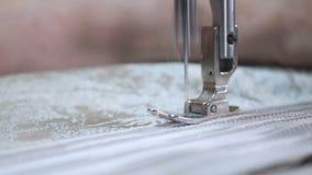 Märkes- arbete med symaskinen stock video