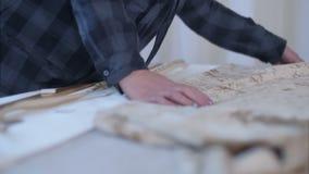 Märkes- arbete på skrivbordet med tyg arkivfilmer