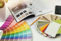 märkes- arbetsplats - inre målarfärgfärg och möblemangprövkopior arkivbilder