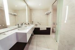 Märkes- badrum med att belägga med tegel för dusch arkivfoton