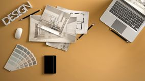 Märkes- begrepp för arkitekt, gult arbetsskrivbord med datoren, pappers- utkast, kökprojektbilder och ritning Prövkopiafärgmateri royaltyfri fotografi
