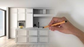 Märkes- begrepp för arkitektinre: hand som drar ett inre projekt för design, medan utrymmet blir verkligt klassiskt kök med royaltyfria foton