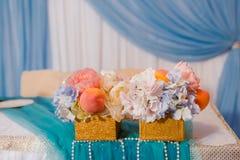 Märkes- bukett med frukter och blommor Royaltyfri Foto