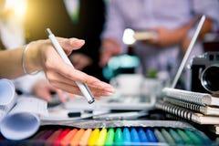 Märkes- grafiskt lag som möter den idérika kreativitetarbetsminnestavlan de Arkivfoton