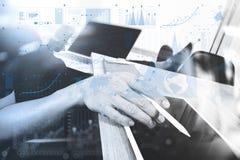 Märkes- hand som arbetar med bärbar datordatoren på träskrivbordet som res royaltyfri illustrationer
