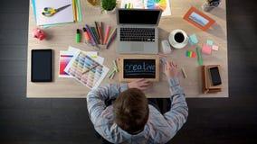 Märkes- handstil för advertizing som är idérik på svart tavla, arbete på projektet, bästa sikt arkivfoton