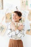 Märkes- innehav för älskvärd fahion för ung kvinna hennes sketchbook Royaltyfria Foton