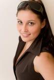 märkes- kvinna för modeexponeringsglasstående Arkivfoton
