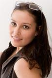 märkes- kvinna för modeexponeringsglasstående Royaltyfri Foto