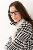 märkes- kvinna för vinter för modeexponeringsglasstående Arkivfoton
