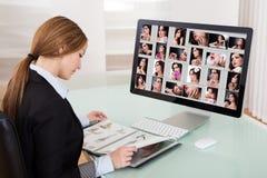 Märkes- kvinnaarbete på datoren Arkivbilder
