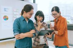 Märkes- lag som ser den mobila digitala minnestavlan Arkivbild