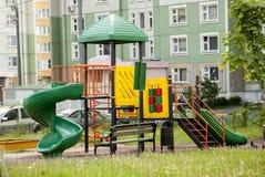 Märkes- modullekplats som spelar i gården nära husGet Royaltyfri Fotografi