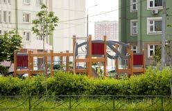 Märkes- modullekplats som spelar i gården nära husGet Arkivfoton