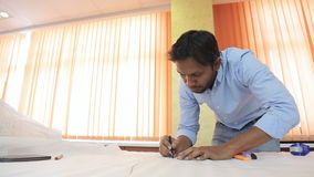 Märkes- skissningattraktion för indisk tekniker på en tabell i ett ljust rum arkivfilmer