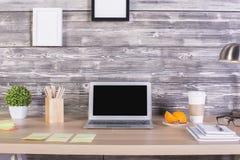 Märkes- skrivbord med olika objekt Arkivfoton