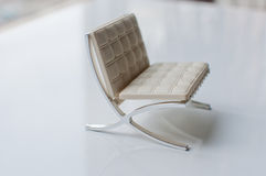 Märkes- stol på vit royaltyfri bild