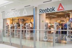 Märket shoppar Reebok i gallerian royaltyfria foton