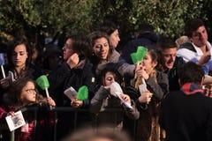 Leute während der Weise des Kreuzes vorgesessen von Papst Francis I Lizenzfreies Stockfoto