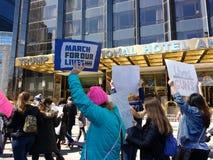 März für unsere Leben, Protest, Reglementierung von Waffenbesitz, Trumpf-internationales Hotel u. Turm, NYC, NY, USA Stockbilder