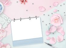 8. März Flache Lage Rosa rosafarbene Blumenblätter, die in Form von Tabellen acht, Perlen, Geschenk liegen Weiblicher Hintergrund Stockfoto