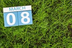 8. März Glückliche internationale Frauen ` s Tage Tag 8 des Monats, Kalender auf Hintergrund des grünen Grases des Fußballs Leere Lizenzfreies Stockbild