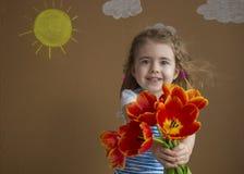 März - internationaler Frauen `s Tag Junge blonde Frau mit Blumenstrauß von hellen Frühlingstulpen Stockbilder