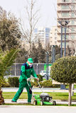 15. März 2017 Küste Park, Baku, Aserbaidschan Gärtnererzeugnis, das im Stadt Park im Garten arbeitet Stockfotografie