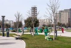15. März 2017 Küste Park, Baku, Aserbaidschan Gärtnererzeugnis, das im Stadt Park im Garten arbeitet Lizenzfreies Stockfoto