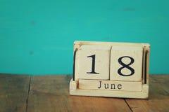 März-Kalender 2016 auf hölzerner Tabelle, Weinlesefilter Stockbild