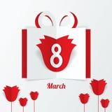 8. März Papiergeschenkbox der Frauen Tagesmit roten Rosen Lizenzfreie Stockbilder