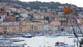 23. März 2018 Porto Santo Stefano, Italien Überblick über die Stadt von Porto Santo Stefano stock video
