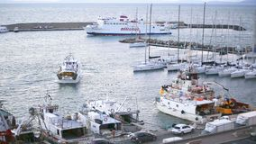 23. März 2018 Porto Santo Stefano, Italien Durchgang der Fähre zur Insel von Giglio im Hafen stock footage