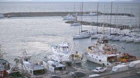 23. März 2018 Porto Santo Stefano, Italien Fischerboot, das im Hafen manövriert stock video