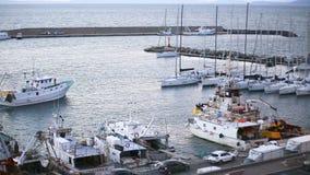 23. März 2018 Porto Santo Stefano, Italien Rückkehr am Abend zum Fischereihafen stock video footage