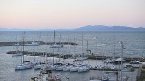 23. März 2018 Porto Santo Stefano, Italien Rückkehr am Abend zum Fischereihafen stock footage