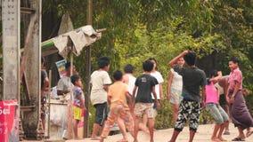 1. März 2016 Rangun, Myanmar Glückliche Kinder, die im Ballspiel spielen stock video footage