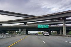 20. März 2017 - San Jose /CA/USA - Autobahn-Austausch an einem bewölkten Tag stockfoto