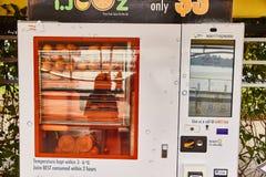 19. März 2019 - Singapur: Orangensaft der Straße, der Maschine herstellt lizenzfreies stockbild