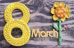 8. März Symbol und handgemachter Plasticine blühen auf hölzernem Hintergrund Glückliches Frau ` s Tagesdesign Kann als dekorative Stockfotografie