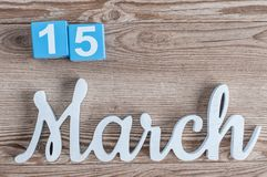 15. März Tag 15 des Marschmonats, Tagesübersicht auf Holztischhintergrund mit geschnitztem Text Frühlingszeit… Rosenblätter, natü Stockfotos